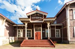 Παλαιός ξύλινος επαρχιακός σιδηροδρομικός σταθμός με την πλατφόρμα Στοκ Εικόνα