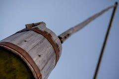 Παλαιός ξύλινος καλά με έναν κάδο στον πόλο Στοκ Εικόνες