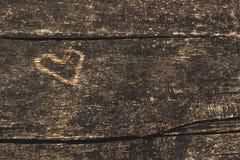 Παλαιός ξύλινος πίνακας με τη χαρασμένη μορφή καρδιών Στοκ εικόνα με δικαίωμα ελεύθερης χρήσης