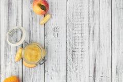 Παλαιός ξύλινος πίνακας με φρέσκο γίνοντα Applesauce Στοκ Φωτογραφίες