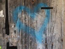 Παλαιός ξύλινος τοίχος με την μπλε χρωματισμένη καρδιά στοκ φωτογραφία με δικαίωμα ελεύθερης χρήσης