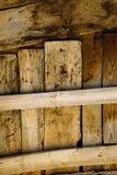 Παλαιός ξύλινος φράκτης με τα σκουριασμένα καρφιά Στοκ φωτογραφία με δικαίωμα ελεύθερης χρήσης