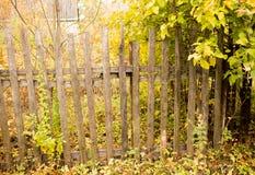 Παλαιός ξύλινος φράκτης στο χωριό το φθινόπωρο Στοκ Φωτογραφίες