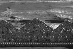 Παλαιός πάγκος χυτοσιδήρου στην παραλία Στοκ Εικόνες