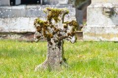 Παλαιός πέτρινος σταυρός στο νεκροταφείο στοκ φωτογραφία με δικαίωμα ελεύθερης χρήσης