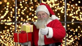 Παλαιός παραδοσιακός Άγιος Βασίλης με τα δώρα Χριστουγέννων απόθεμα βίντεο