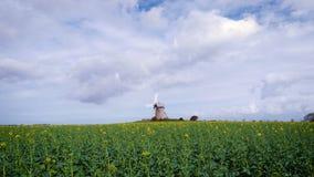 Παλαιός παραδοσιακός normandian ανεμόμυλος στον τομέα, Νορμανδία, Γαλλία απόθεμα βίντεο