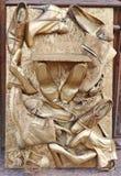 Παλαιός που φοριέται μην χρησιμοποιημένος κανένα παπούτσι ονόματος είναι χρωματισμένος στο χρυσό χρώμα Στοκ φωτογραφία με δικαίωμα ελεύθερης χρήσης