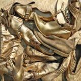 Παλαιός που φοριέται μην χρησιμοποιημένος κανένα παπούτσι ονόματος είναι χρωματισμένος στο χρυσό Στοκ εικόνες με δικαίωμα ελεύθερης χρήσης