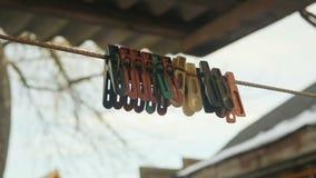 Παλαιός που χρωματίζεται clothespins απόθεμα βίντεο