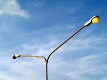 Παλαιός πόλος φωτεινών σηματοδοτών με την κίτρινη πορτοκαλιά λάμπα φωτός και μπλε ουρανός με το άσπρο υπόβαθρο σύννεφων στοκ εικόνες με δικαίωμα ελεύθερης χρήσης
