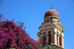 Παλαιός πύργος εκκλησιών και κουδουνιών με Bougainvillea στοκ φωτογραφία με δικαίωμα ελεύθερης χρήσης