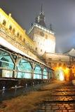 Παλαιός πύργος ρολογιών Sighisoara στην ομιχλώδη νύχτα Στοκ Εικόνες