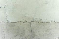 Παλαιός ραγισμένος γκρίζος τοίχος Στοκ εικόνα με δικαίωμα ελεύθερης χρήσης
