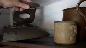 Παλαιός σίδηρος στο ξύλινο ράφι παλαιός επίπεδος σίδηρο&s φιλμ μικρού μήκους