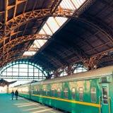 παλαιός σιδηροδρομικός σταθμός και trainn στοκ εικόνα