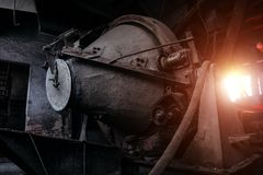Παλαιός σκουριασμένος βρώμικος βιομηχανικός συγκεκριμένος αναμίκτης στην εγκαταλειμμένη τσιμεντοβιομηχανία στοκ φωτογραφία