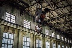 Παλαιός σκουριασμένος γάντζος γερανών μέσα στο βιομηχανικό κτήριο στοκ φωτογραφία με δικαίωμα ελεύθερης χρήσης
