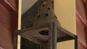 Παλαιός σκουριασμένος λαμπτήρας ενός σπιτιού απόθεμα βίντεο
