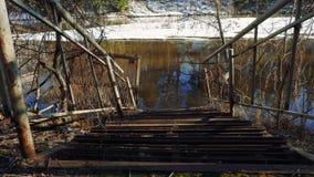 Παλαιός σκουριασμένος λιμενοβραχίονας από τον ποταμό απόθεμα βίντεο