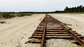 Παλαιός σκουριασμένος σιδηρόδρομος στην κίτρινη άμμο Κανένας εκεί, εναέρια άποψη απόθεμα βίντεο