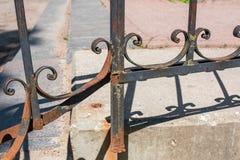 Παλαιός σκουριασμένος σφυρηλατημένος φράκτης στοκ φωτογραφίες με δικαίωμα ελεύθερης χρήσης