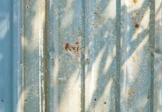 Παλαιός σκουριασμένος φράκτης ψευδάργυρου στοκ φωτογραφία με δικαίωμα ελεύθερης χρήσης