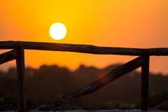 Παλαιός σπασμένος ξύλινος φράκτης και ηλιοβασίλεμα Στοκ εικόνες με δικαίωμα ελεύθερης χρήσης
