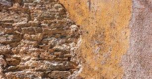 Παλαιός, στενοχωρημένος τοίχος πετρών, πρόσοψη οικοδόμησης Χρωματισμένη και εξασθενισμένη, πορτοκαλιά τεκτονική χρώματος, υπόβαθρ στοκ φωτογραφία με δικαίωμα ελεύθερης χρήσης