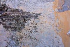 Παλαιός, στενοχωρημένος τοίχος πετρών, πρόσοψη οικοδόμησης Χρωματισμένη και εξασθενισμένη, πορτοκαλιά τεκτονική χρώματος, υπόβαθρ στοκ εικόνα