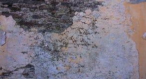 Παλαιός, στενοχωρημένος τοίχος πετρών, πρόσοψη οικοδόμησης Χρωματισμένη και εξασθενισμένη, πορτοκαλιά τεκτονική χρώματος, υπόβαθρ στοκ φωτογραφίες