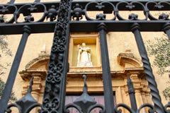 Παλαιός σφυρηλατημένος φράκτης σε μια εκκλησία στοκ φωτογραφία με δικαίωμα ελεύθερης χρήσης