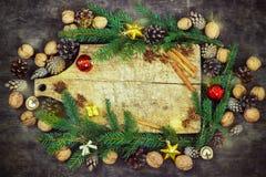Παλαιός τέμνων πίνακας με τις ιδιότητες Χριστουγέννων σε ένα ξύλινο υπόβαθρο κουζινών Στοκ φωτογραφία με δικαίωμα ελεύθερης χρήσης