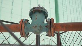 Παλαιός τηλεοπτικός βιομηχανικός παλαιός σκουριασμένος υπαίθριος φωτός του ήλιου βαλβίδων σωλήνων αερίου ο σωλήνας φιλμ μικρού μήκους
