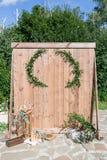 Παλαιός τοίχος ή φράκτης των ξύλινων πινάκων καλοκαίρι πάρκων τοπίων ημέρας χρήση για την ανασκόπηση Ζώνη γαμήλιων φωτογραφιών με Στοκ Εικόνες