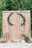Παλαιός τοίχος ή φράκτης των ξύλινων πινάκων καλοκαίρι πάρκων τοπίων ημέρας χρήση για την ανασκόπηση Ζώνη γαμήλιων φωτογραφιών με Στοκ φωτογραφίες με δικαίωμα ελεύθερης χρήσης