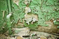 Παλαιός τοίχος αποφλοίωσης με τους σωλήνες Στοκ φωτογραφία με δικαίωμα ελεύθερης χρήσης