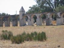 Παλαιός τοίχος με τα τόξα ενός αγροκτήματος στη χώρα του Αλεντέιο στην Πορτογαλία στοκ εικόνες