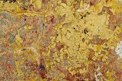 Παλαιός τοίχος με την πτώση από το χρώμα και το ασβεστοκονίαμα Μερικές ρωγμές στοκ εικόνα
