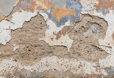 Παλαιός τοίχος με το θρυμματιμένος ασβεστοκονίαμα και ξεφλούδισμα από το χρώμα Στοκ Εικόνες