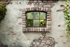 Παλαιός τοίχος με το σπασμένο παράθυρο στοκ φωτογραφία