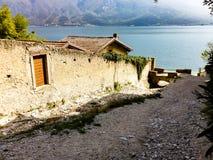 Παλαιός τοίχος στην ακτή της λίμνης Garda στοκ εικόνες