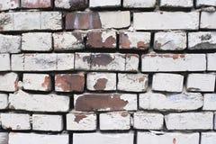 παλαιός τοίχος τούβλου Ανώμαλη επιφάνεια Μεγάλες ρωγμές Στοκ Εικόνες