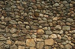 Παλαιός τοίχος φιαγμένος από μεγάλες τραχιές πέτρες στοκ εικόνες με δικαίωμα ελεύθερης χρήσης