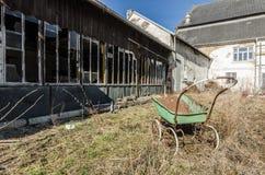 παλαιός τολμήστε μπροστά από το εγκαταλειμμένο κτήριο στοκ φωτογραφίες