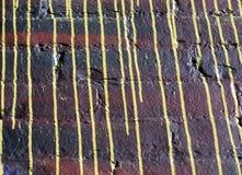 Παλαιός τουβλότοιχος με το κίτρινο στάλαγμα στοκ φωτογραφία