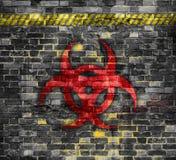 Παλαιός τουβλότοιχος με το σύμβολο biohazard που χρωματίζεται σε το τρισδιάστατη απόδοση ή απεικόνιση r ελεύθερη απεικόνιση δικαιώματος