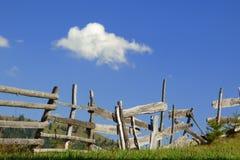 Παλαιός φορεμένος καιρός ξύλινος φράκτης στοκ φωτογραφία με δικαίωμα ελεύθερης χρήσης
