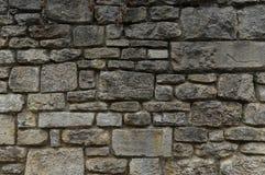 Παλαιός φυσικός τοίχος πετρών των γκρίζων και κιτρινωπών πετρών στα διαφορετικά μεγέθη ως υπόβαθρο στοκ εικόνα