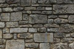 Παλαιός φυσικός τοίχος πετρών των γκρίζων και κιτρινωπών πετρών στα διαφορετικά μεγέθη ως υπόβαθρο στοκ φωτογραφία με δικαίωμα ελεύθερης χρήσης